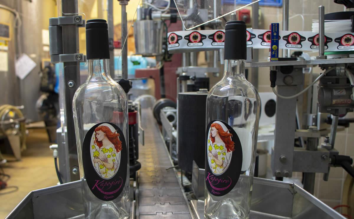 L'imbottigliamento del vino Carmignani